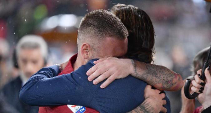 """""""Io non volevo"""", l'abbraccio Totti-De Rossi diventa virale"""