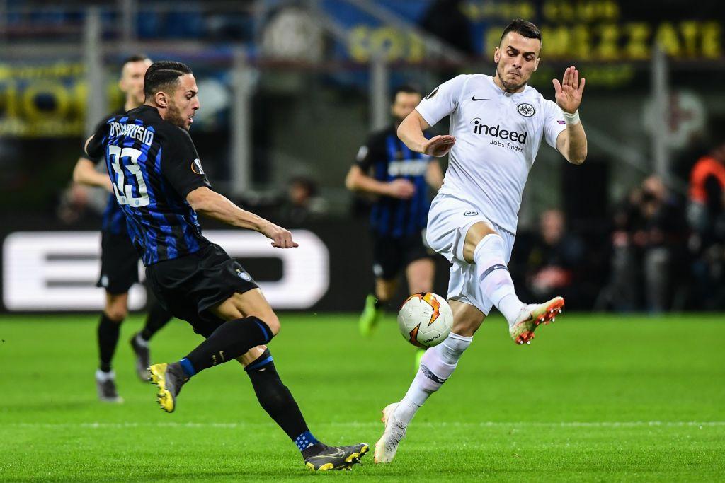 Nel ritorno degli ottavi di Europa League, l'Inter perde 1-0 in casa contro l'Eintracht e dice addio alla manifestazione. Dopo lo 0-0 dell'andata, il match di San Siro è deciso dopo 6' da Jovic, che batte con un pallonetto Handanovic dopo un retropassaggio di testa sbagliato di de Vrij. I tedeschi sono assoluti padroni del match e solo il n° 1 sloveno evita un passivo ben più pesante. Il modo peggiore per i nerazzurri per avvicinarsi al derby.