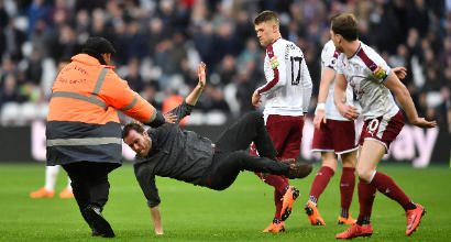 Follia West Ham: invasioni, calci e risse. Bimbi si rifugiano nella panchina del Burnley