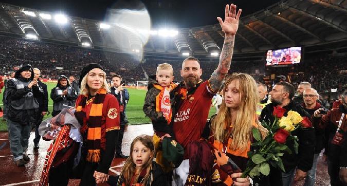 Roma, l'addio di De Rossi: maglia speciale, ovazione e tante emozioni
