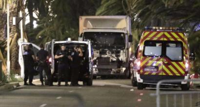 """Nizza, camion sulla folla sul lungomare: 84 morti, """"almeno uno è italiano""""   Dieci i minori uccisi"""