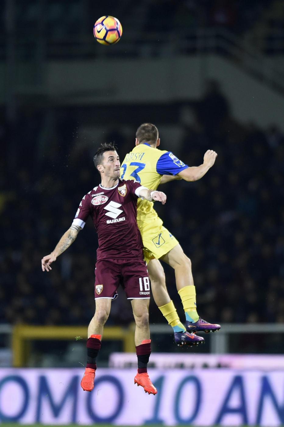 Terza vittoria consecutiva per il  Torino  che nell'anticipo della quattordicesima giornata di  Serie A  ha battuto 2-1 il  Chievo , portandosi al quarto posto in classifica. Entrambe le reti nel primo tempo con  Iago Falque  che, dopo un inizio complicato, trova la doppietta in due minuti tra il 36' e il 38'. Vantaggio di testa su assist di Barreca e raddoppio con un sinistro all'incrocio. Nella ripresa non basta il gol di  Inglese  all'86'.