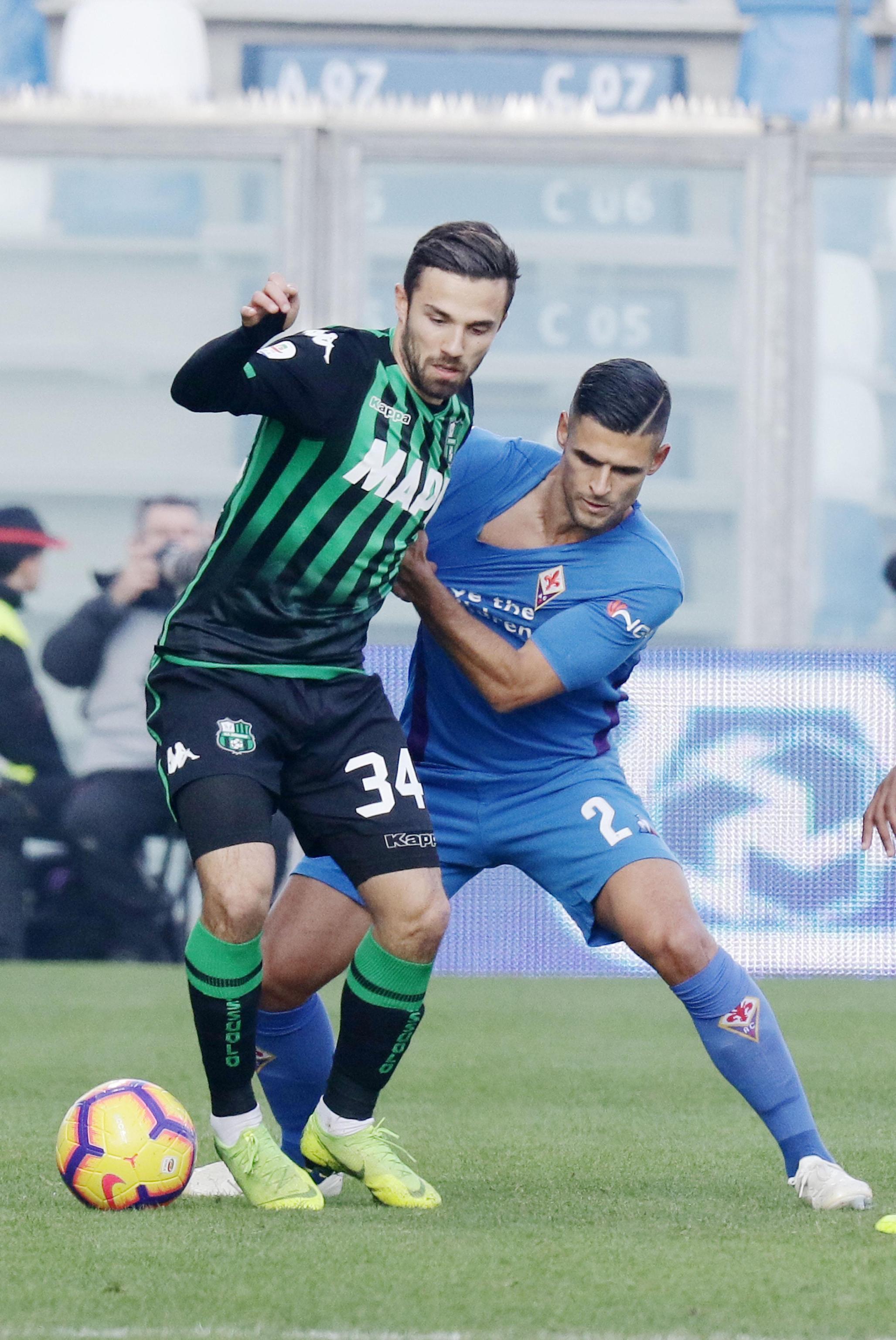 Nell'anticipo dell'ora di pranzo della 15a giornata, Sassuolo e Fiorentina danno vita a un pirotecnico 3-3. Dopo un primo tempo con poche emozioni, la gara si accende nella ripresa. Duncan la sblocca uno splendido sinistro (62'), poi serve a Babacar l'assist del gol dell'ex (67'). Simeone rompe il digiuno di 10 gare al 70', Sensi sorprende Lafont (80'). Benassi riaccende le speranze e Mirallas gela il Mapei al 96'. Espulsi Djuricic e Milenkovic.