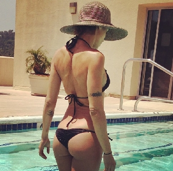 Il relax di Elisabetta Canalis: piscina e boxe