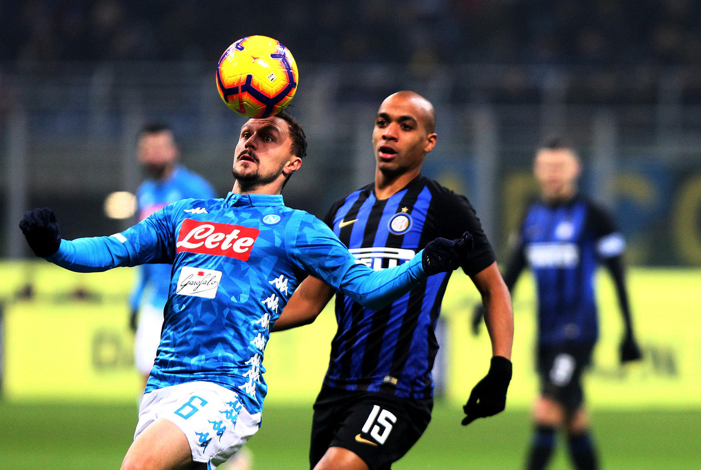 Nel posticipo della 18a giornata di Serie A, l'Inter batte 1-0 il Napoli e si porta a -5 dal secondo posto. A decidere la sfida di San Siro è un sinistro di Lautaro Martinez al 91' con gli azzurri in 10 per l'espulsione di Koulibaly (80') per applausi a Mazzoleni. Il senegalese, il migliore in campo, aveva salvato sulla linea su Icardi (43'), imitato da Asamoah su Zielinski (89'). Nel recupero rosso anche a Insigne. La Juve vola a +9.