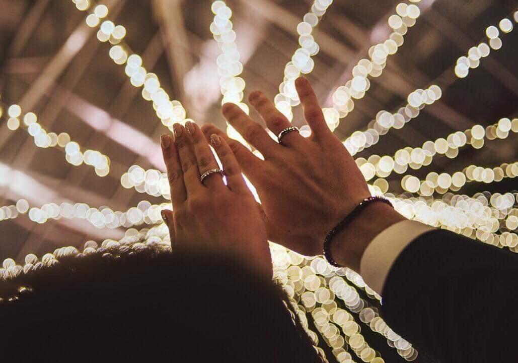Krzysztof Piątek e Paulina Procyk si sono sposati. Lo hanno rivelato gli sposi via social, pubblicando un paio di foto del matrimonio e degli anelli. La cerimonia, tenuta segreta, si sarebbe tenuta nel castello Joannitów a Lagów, nella provincia polacca di Lubuskie. Top secret la lista degli invitati.