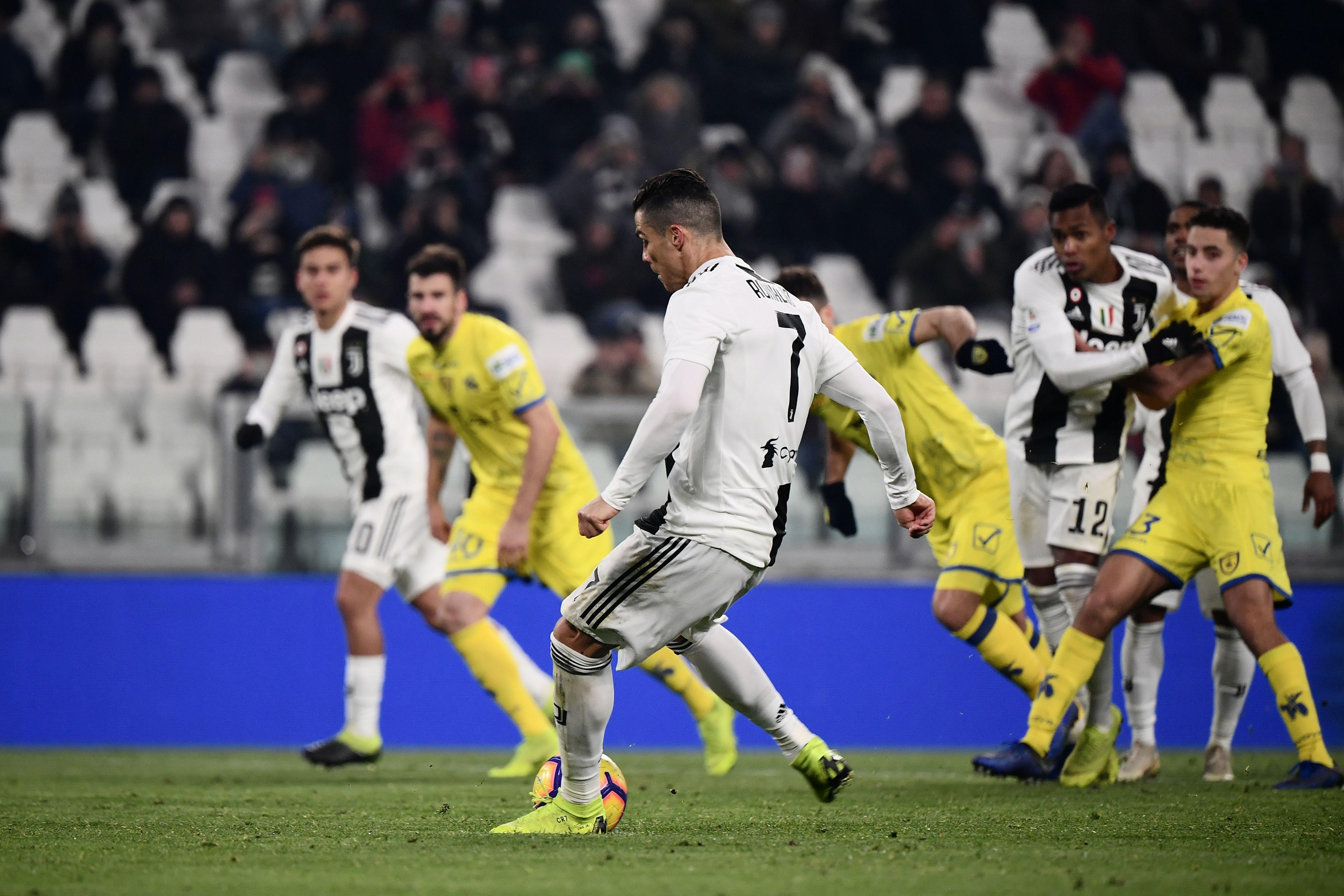 Tutto facile per la Juve nel posticipo che chiude la 20.ma giornata di Serie A. Allo Stadium la squadra di Allegri batte il fanalino di coda Chievo 3-0, riportando il Napoli a -9 dalla vetta della classifica. Gara facile per i bianconeri, che sbloccano il match con una magia di Douglas Costa al 13', raddoppiano con Emre Can al 45' e chiudono i conti con Rugani all'84'. Serata storta per Ronaldo, che al 52' si fa parare un rigore da Sorrentino.