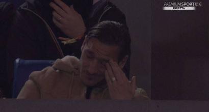 L'Olimpico sta con Totti, lui si commuove in tribuna