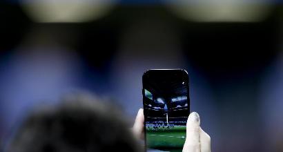 Arbitro donna filmata con uno smartphone mentre faceva la doccia