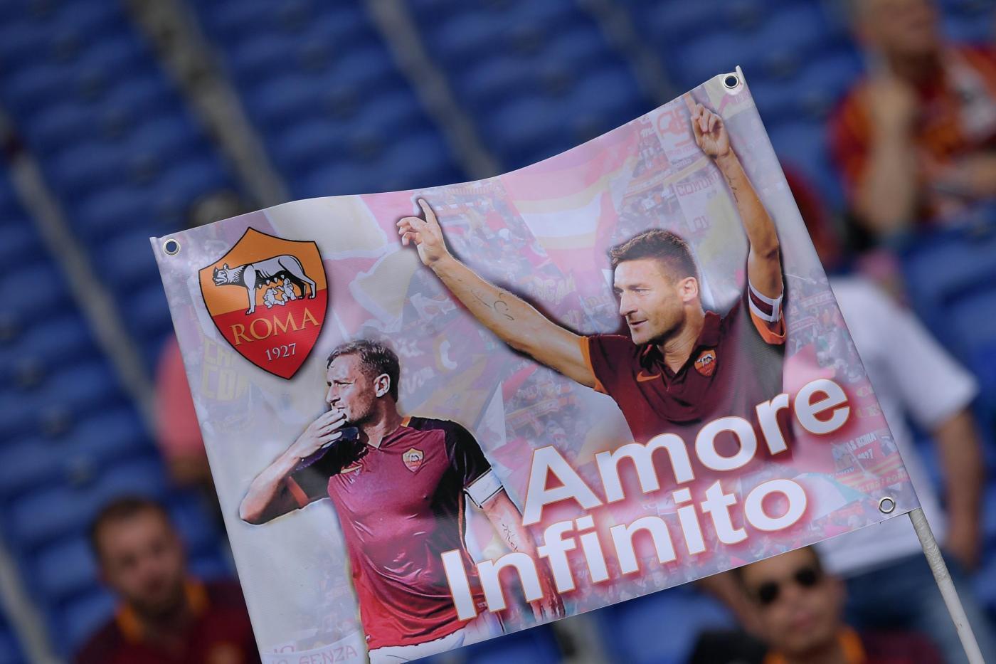La Roma non sbaglia e scavalca momentaneamente il Napoli al secondo posto: 3-0 al Chievo Verona. All'Olimpico partita decisa nel primo tempo grazie ai gol di Nainggolan (18') e Rudiger (39'). Per i gialloblù Floro Flores impegna due volte Szczesny e M'Poku sbatte sul palo nella ripresa. Al 59' ingresso in campo di Totti, alla sua 600esima presenza, che ha fornito un assist stupendo per il gol del tris di Pjanic all'86'.