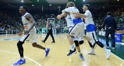 Basket, Brescia vince e scatta