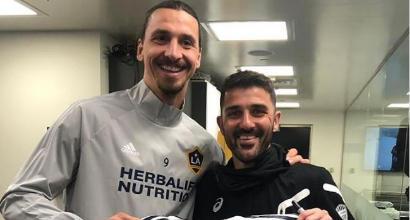 Ibra contro Villa, Iniesta e Podolski: riunione di campioni e scambio di magliette