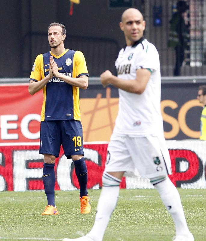 Uno straordinario Toni trascina il Verona al successo contro il Sassuolo. L'Hellas, in dieci dal 17' per l'espulsione di Rafael, batte 3-2 il Sassuolo al Bentegodi e centra la seconda vittoria di fila. Juanito Gomez sblocca il risultato al 30', ma cinque minuti dopo un'autorete di Moras riporta il match in equilibrio. Nella ripresa è show di Toni che firma una doppietta (63' e 71'). Ai neroverdi non basta il gol di Floro Flores all'89'.<br /><br />