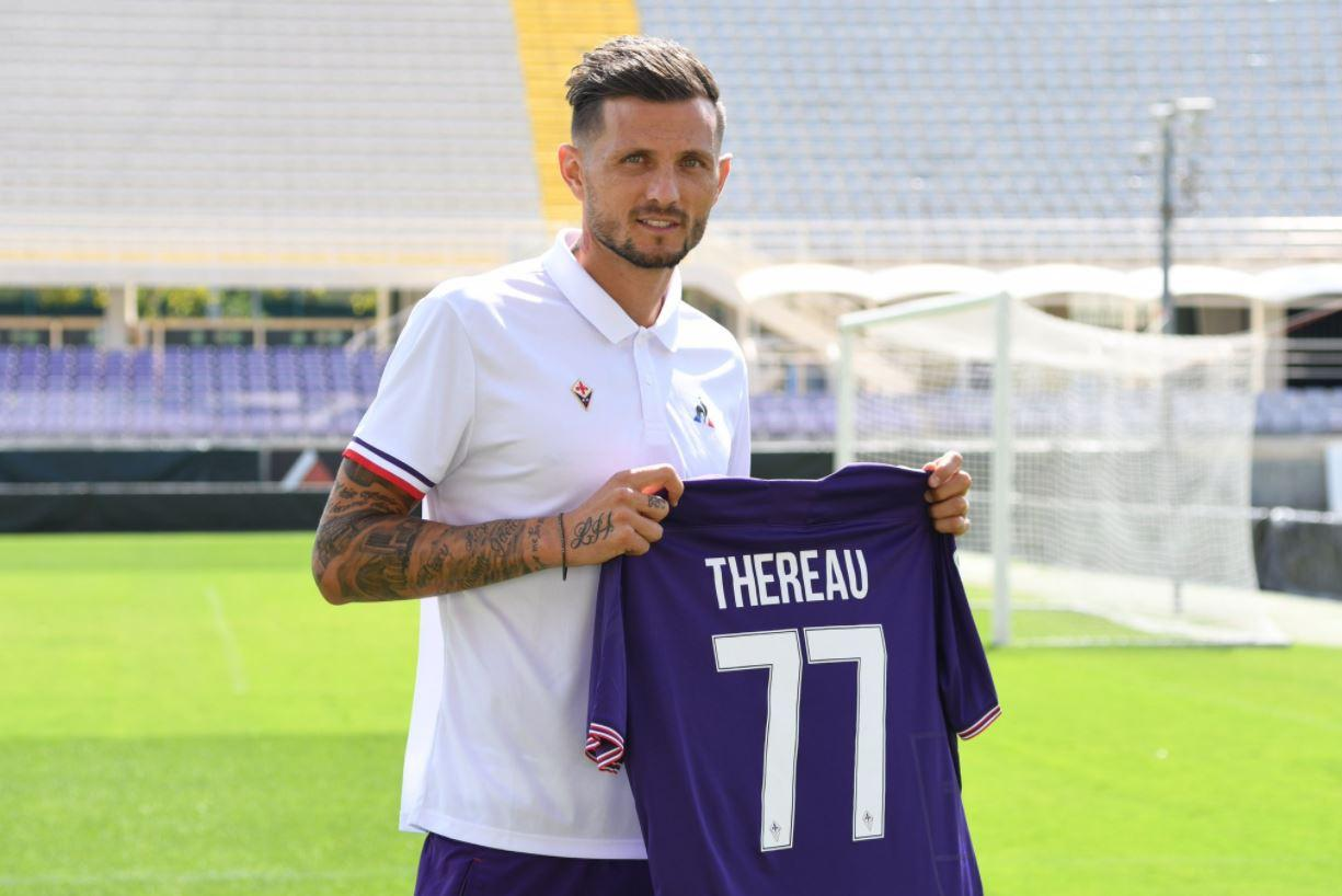 """In casa Fiorentina è il giorno di Fiorentina Cyril Thereau, presentato a stampa e tifosi. """"Non vedo l'ora di ripagare la fiducia che mi ha dato la società - le parole dell'attaccante francese - Ogni anno ho sempre migliorato il mio score. Sono convinto che supererò anche quest'anno la doppia cifra"""". L'ex Udinese arriva in una squadra tutta nuova. """"Io posso giocare in più ruoli sia come prima che come seconda punta ma anche come esterno. Io mi trovo bene soprattutto come seconda punta e come esterno a sinistra. """"Quando se n'è andato Di Natale dall'Udinese abbiamo vissuto un po' la stessa situazione: adesso si deve ricreare un gruppo il prima possibile, che vive bene insieme e che ha voglia di far bene"""".<br /><br />"""