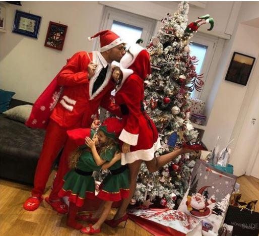 Tutti sotto l'albero per gli auguri