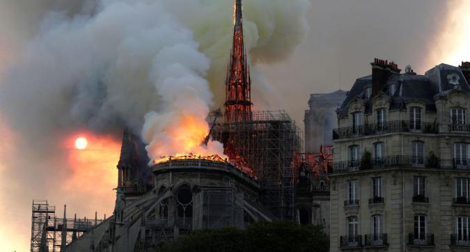 Le terribili immagini di Notre-Dame in fiamme