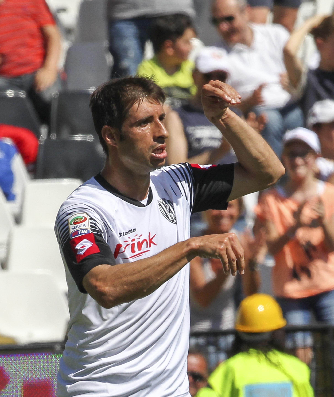 Dopo il Parma, anche il Cesena retrocede in Serie B. La sconfitta interna contro il Sassuolo (2-3) e la contemporanea vittoria dell'Atalanta col Palermo condannano aritmeticamente i bianconeri, che tornano dopo una sola stagione nel torneo cadetto. La squadra di Di Carlo si illude con le reti di Defrel (15') e Brienza (29'), ma nella ripresa subisce la rimonta dei neroverdi, che ribaltano il risultato con Zaza (48'), Taider (51') e Missiroli (69'). A fine gara regalate le maglie ai tifosi per il grande supporto ricevuto in questa stagione difficile.<br /><br />