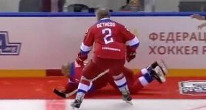 Hockey, Putin segna otto gol e poi cade sul ghiaccio