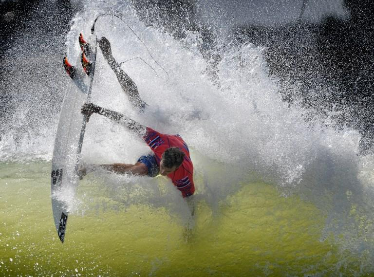 Sebastian Zietz doma le onde durante le prove del WSL Surf Ranch Pro in California (8 settembre)