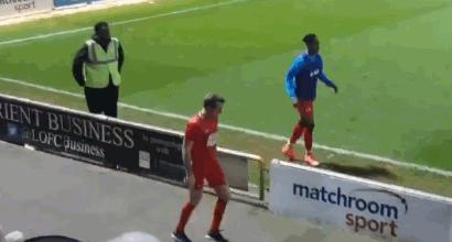 Inghilterra, tifoso del Leyton Orient fa riscaldamento insieme ai panchinari