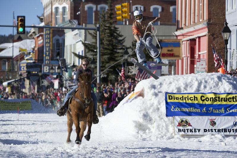 Spettacolo in Colorado per il concorso annuale Leadville skijoring weekend. Ecco lo sport invernale in cui una persona con gli sci viene tirata da un cavallo. Tante acrobazie a Leadville, la città più alta incorporata nel Nord America.