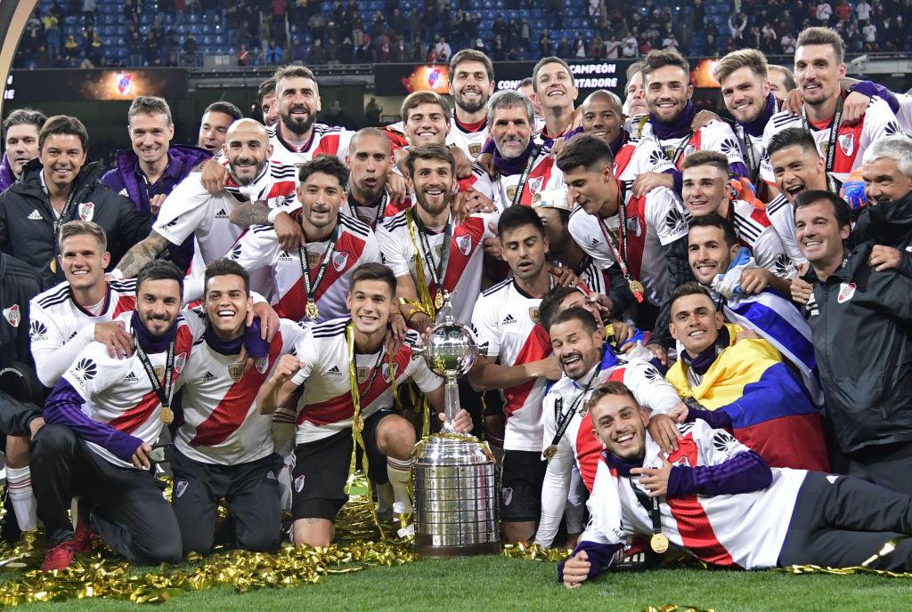 Il River Plate vince la finale di Copa Libertadores battendo 3-1 il Boca Juniors. Al Santiago Bernabeu di Madrid, vantaggio del Boca al 43' con Benedetto, il River pareggia al 67' con Pratto e manda la sfida ai supplementari. Boca in 10 per il rosso a Barrios (92') e che resterà anche in nove (ko Gago), decidono negli ultimi 15 minuti le reti dell'ex Pescara Quintero (109') e del 'Pity' Martinez (122').