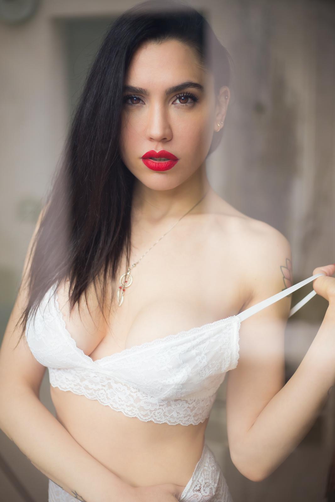 La modella di Playboy è una grande tifosa rossonera e ha posato con la maglia del Milan.