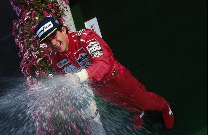 Sono passati 26 anni da quel maledetto 1 maggio 1994 ma la Formula 1 e il mondo dello sport non si sono mai dimenticati di Ayrton Senna, che solo  qualche settimana fa avrebbe compiuto 60 anni . Un campione in pista (tre mondiali, 41 vittorie e 65 pole position) ma amato anche per la sua umanità e quel velo di tristezza nel suo sguardo.Sennamanca al motorsport e rimane nel cuore di tutti gli appassionati dal giorno del tragico incidente a Imola, curva del Tamburello,che spezzò la sua vita a soli 34 anni.