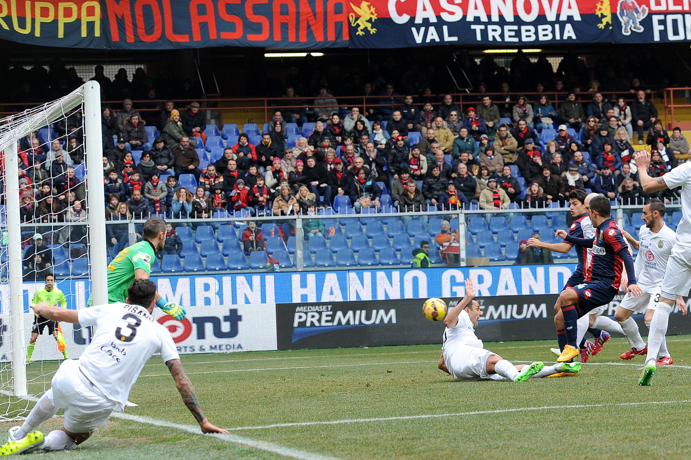 Trascinato da un incontenbile Niang, il Genoa batte 5-2 a Marassi il Verona e rimane agganciato al treno Europa League. Parte subito forte il Grifone, che passa al 10' con un'autorete di Agostini e raddoppia 2' dopo con il primo gol in Serie A dell'ex Milan. Toni prova a scuotere i suoi (20'), ma Niang firma la doppietta. Nella ripresa Toni riapre la gara (12'), Gomez prende un palo clamoroso, Bertolacci cala il poker (20') e Perotti fa cinquina (41').<br /><br />