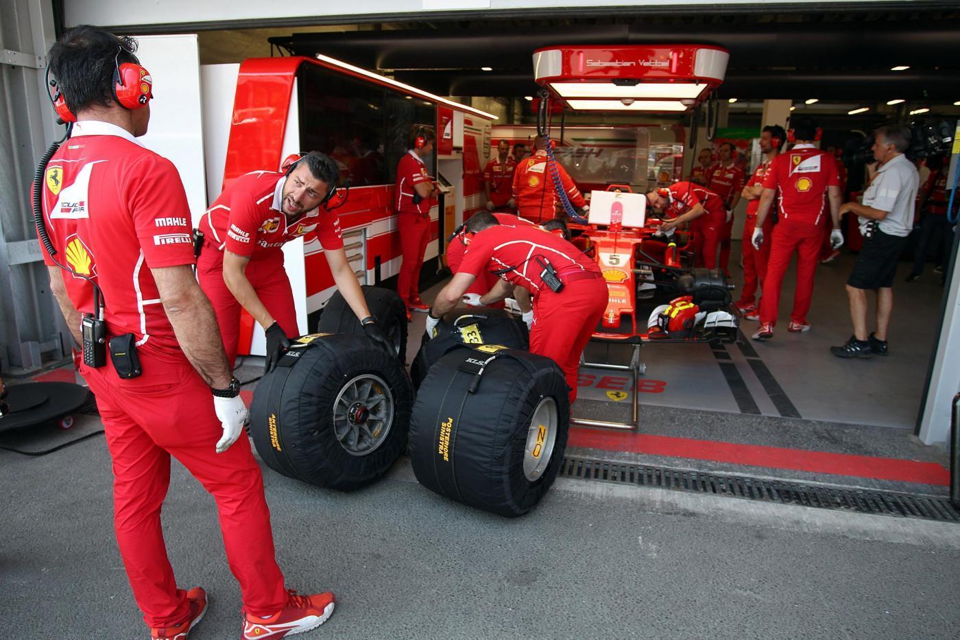 Altro exploit di Verstappen nelle libere 2 del GP di Azerbaigian, ma la Ferrari ha impressionato sul passo gara. A Baku l'olandese della Red Bull è stato un fulmine con la configurazione da qualifica (1:43.362) e ha tenuto dietro Bottas (+0.100) e Ricciardo (+0.111). A seguire Raikkonen e Vettel che però in ottica gara sono stati i più veloci. Venerdì disastroso per Hamilton (10°) con moltissimi problemi d'assetto.