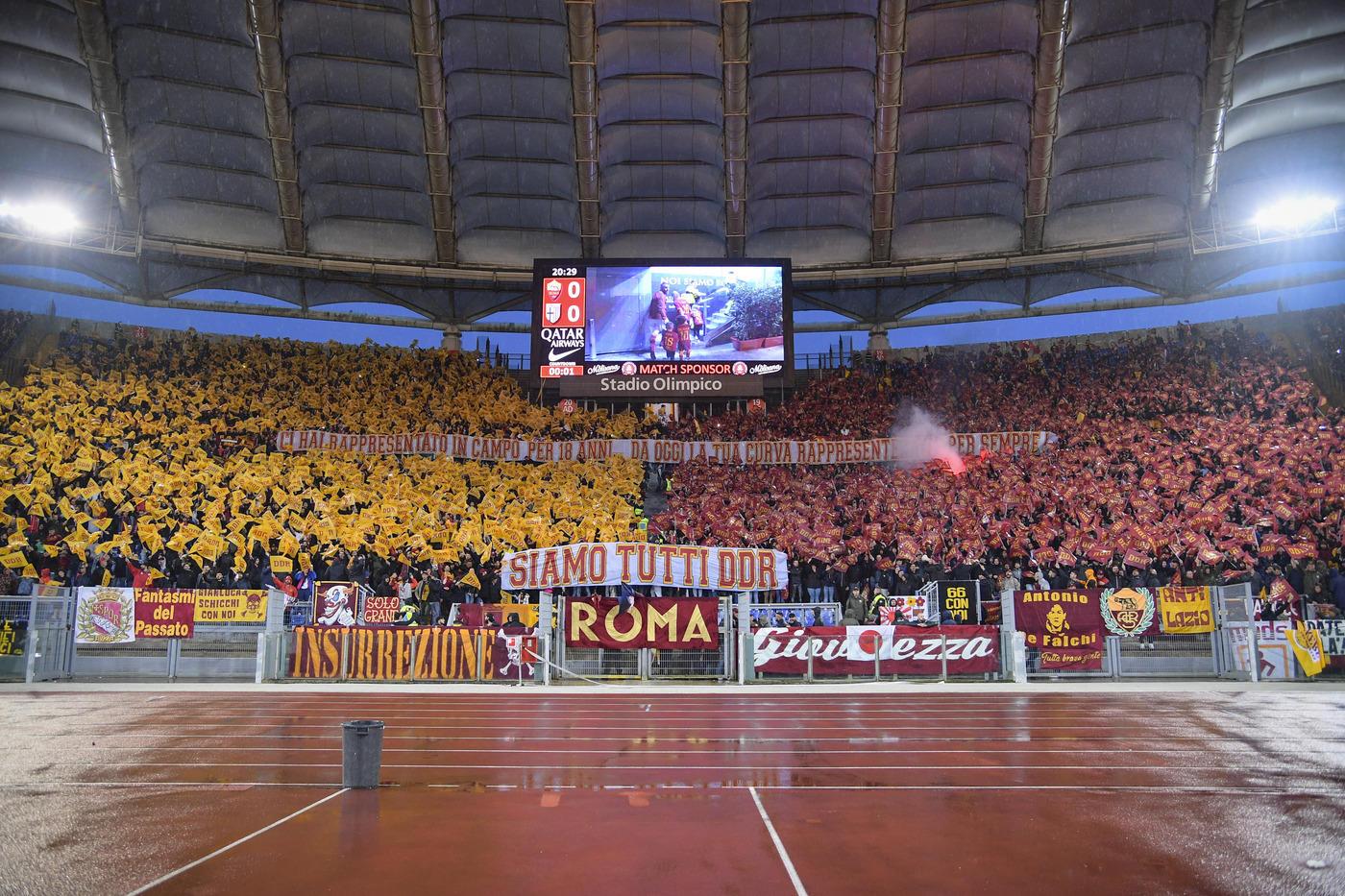 Migliaia di bandierine gialle e rosse che sventolano in aria e poi un lunghissimo striscione con sopra scritto