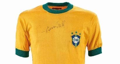 Asta Bolaffi: la maglia di Pelé venduta per 22 mila e 500 euro<br />
