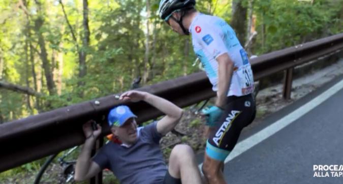 Giro d'Italia: un tifoso lo fa cadere, Lopez lo prende a schiaffi