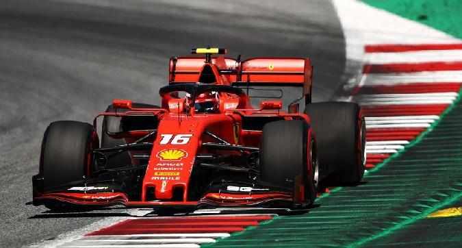 F1, Verstappen beffa Leclerc