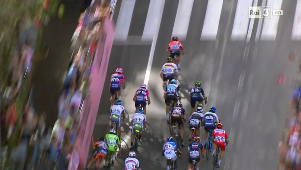 Una maxi-caduta, avvenuta a circa 300 metri dal traguardo di   Castiglione della Pescaia, ha caratterizzato l'arrivo della   sesta tappa del Giro d'Italia. A farne maggiormente le spese è   Daniele Colli della Nippo-Vini Fantini, che colpisce un tifoso   sportosi troppo dalle transenne ed è costretto al ritiro.   Coinvolto, tra gli altri, anche Alberto Contador, che ha   battuto con violenza la spalla sinistra e si è presentato sul   podio con il braccio immobilizzato, vicino al corpo, e non è riuscito a indossare la maglia rosa. Lo spagnolo ha comunque tagliato il traguardo e non ha accusato ritardo, dopo la neutralizzazione del tempo avvenuta a 3 km dal termine della frazione. Resta però da capire se riuscirà a proseguire il Giro o se sarà costretto al ritiro.