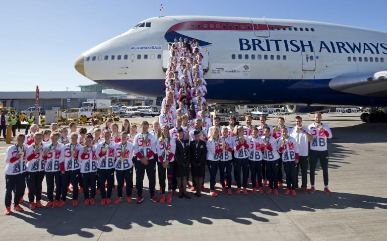 Gran Bretagna, il ritorno degli atleti olimpici: delirio a Heathrow