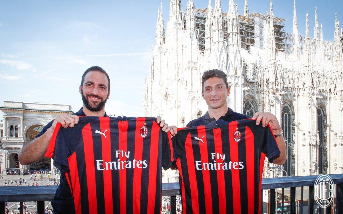 La lunga giornata che conduce Higuain e Caldara alla prima conferenza stampa da giocatori del Milan, è iniziata a Milanello con l'incontro con il mondo rossonero. Gran finale con l'abbraccio dei tifosi in piazza Duomo.