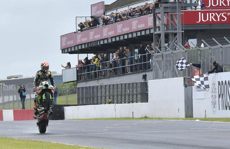 Rea vince con la Kawasaki, caduta per la Ducati di Bautista