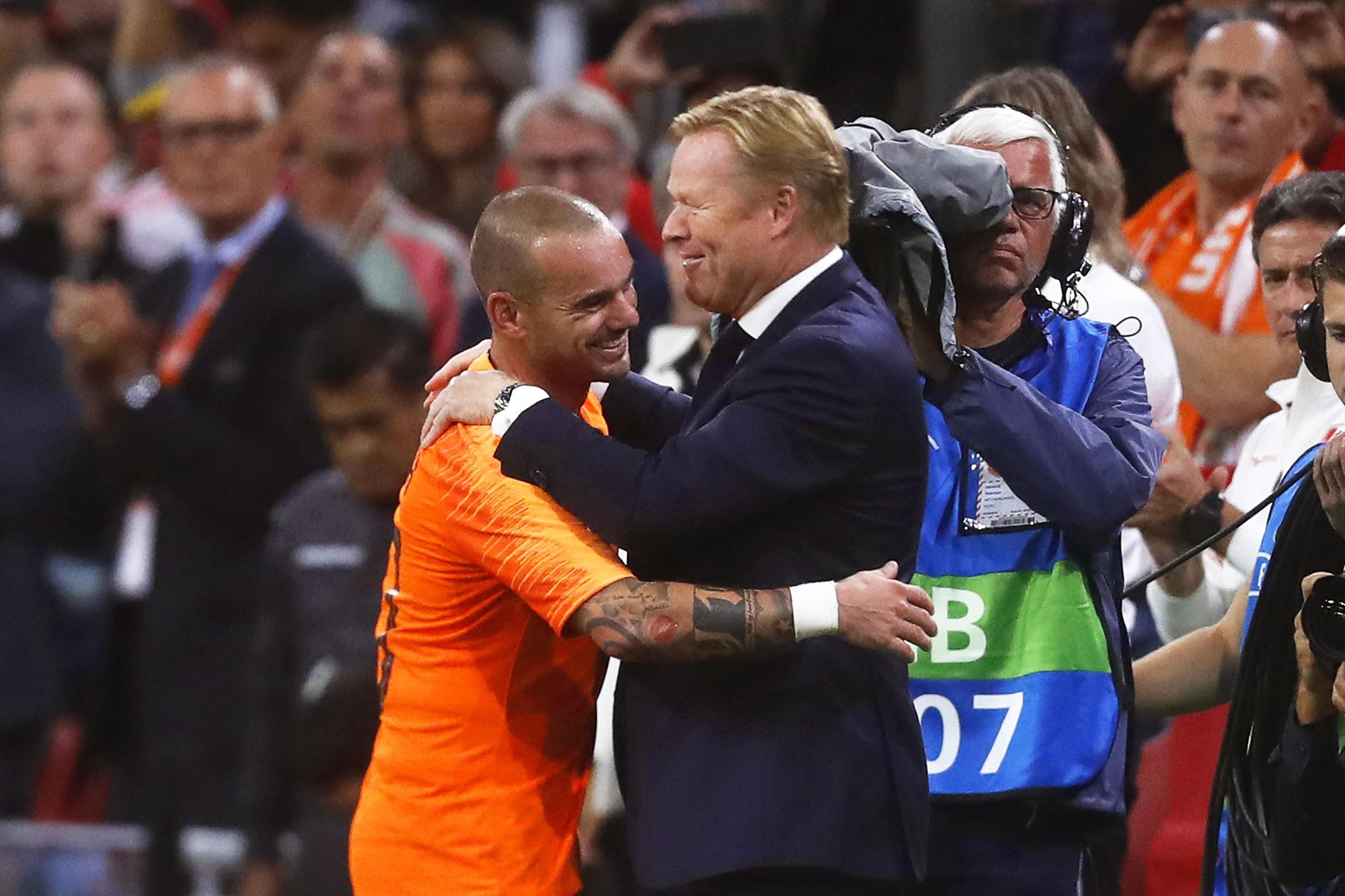 """Grande commozione alla """"Johann Cruijff Arena"""" di Amsterdam per l'ultima partita di Wesley Sneijder con l'Olanda. Il numero 10 degli orange ha chiuso la sua carriera in Nazionale dopo 15 anni con numeri da record: 134 presenze e 31 reti. Tutto lo stadio gli ha reso omaggio al momento della sostituzione al 62' con Quincy Promes.<br /><br />"""