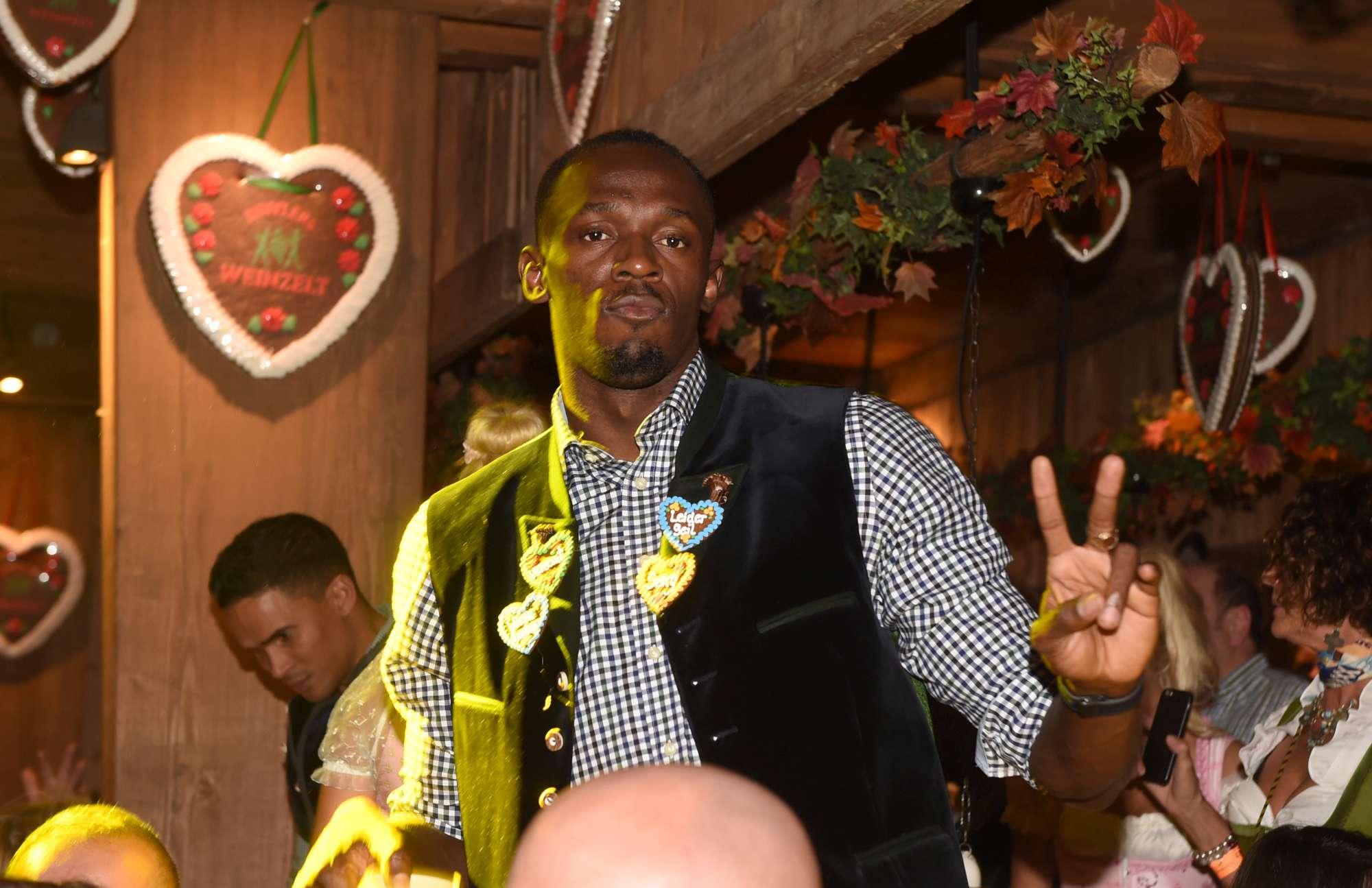 Birra e relax per  Usain Bolt,  ospite d'onore all'Oktoberfest. Lo sprinter giamaicano si è goduto il clima ridanciano della popolarissima rassegna bavarese, con tanto di camicia a quadretti e lederhosen, i pantaloni di pelle tradizionali. Tra selfie con le fan e brindisi in compagnia di alcuni amici che lo hanno seguito in Germania, il campione olimpico ha potuto alzare i boccali anche per festeggiare il rinnovo di contratto con il suo sponsor tecnico, che ha organizzato l'ospitata tra birra e brezel.