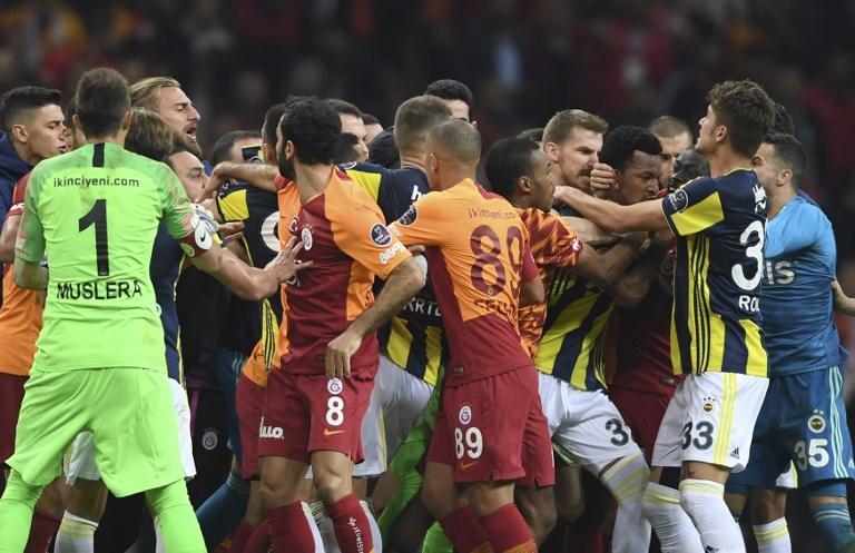 Turchia, maxi-rissa al termine di Galatasaray-Fenerbahce