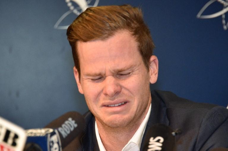 Steve Smith piange durante la conferenza stampa a Sydney: il giocatore di cricket ha ammesso di aver barato nascondendo nei pantaloni della carta vetrata per levigare la pallina e ingannare i battitori avversari (29 marzo)