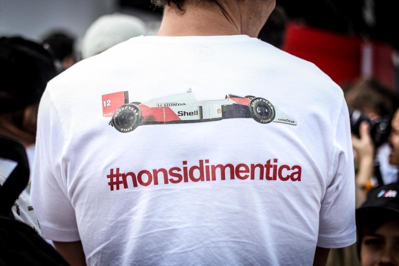 Il 1° maggio del 1994 Ayrton Senna perdeva la vita in un incidente a Imola. Venticinque anni dopo il suo ricordo è ancora forte.