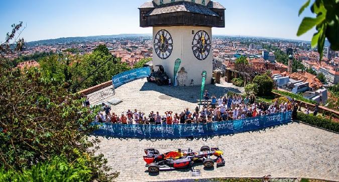 F1, Verstappen scala il castello di Graz con la sua Red Bull