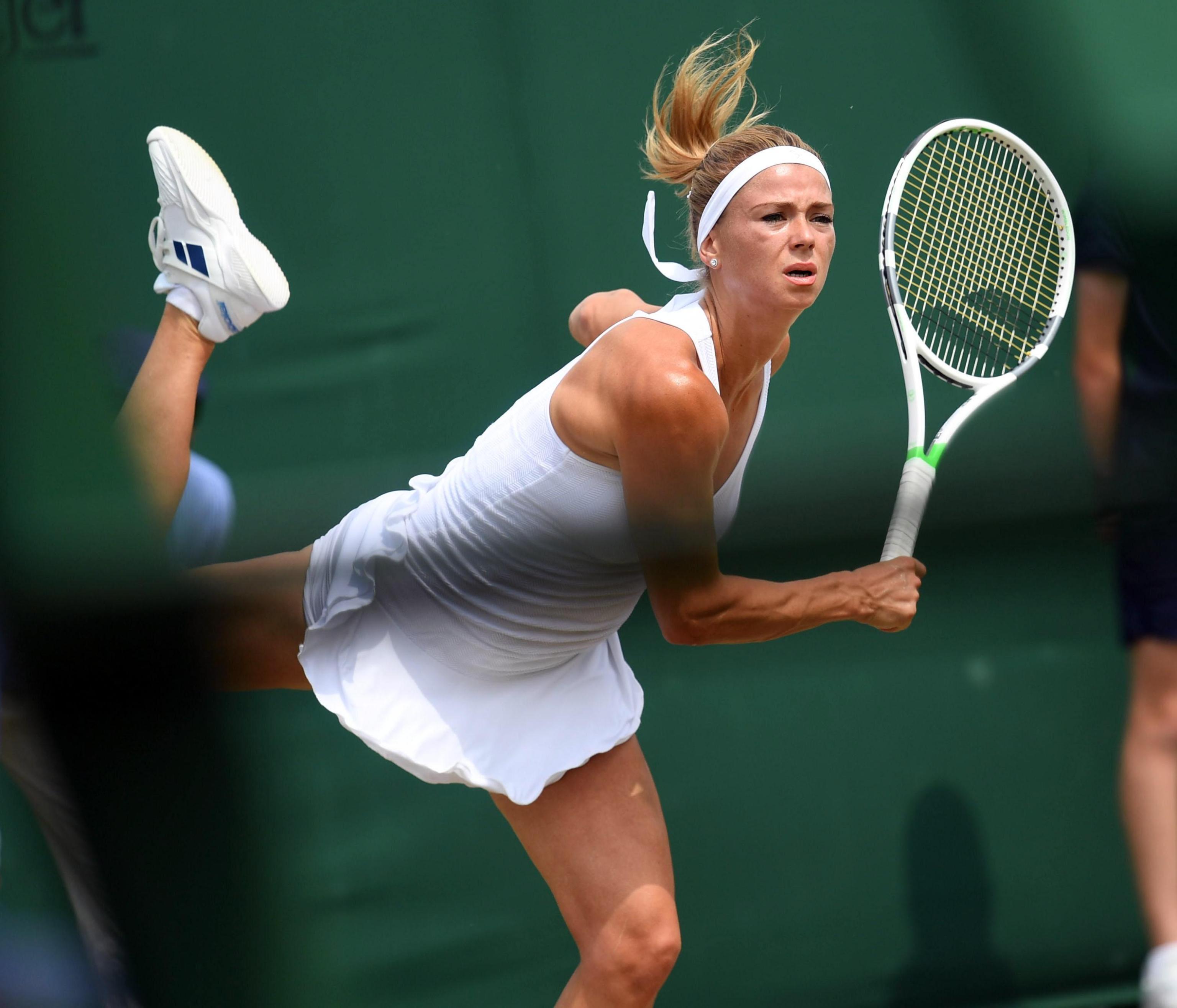 Esulta ancora Camila Giorgi a Wimbledon: l'azzurra negli ottavi di finale ha la meglio di Ekaterina Makarova al termine di un match a senso unico. Le porte dei quarti si aprono regalando alla tennista di Macerata il miglior risultato in uno Slam della sua carriera: nulla da fare per la russa, che cade 2-0 (6-3, 6-4). Sulla strada della Giorgi ora ci sarà la vincente della sfida tra Serena Williams ed Evgeniya Rodina.