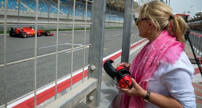 Formula 1, mamma Corinna osserva Mick Schumacher dal muretto