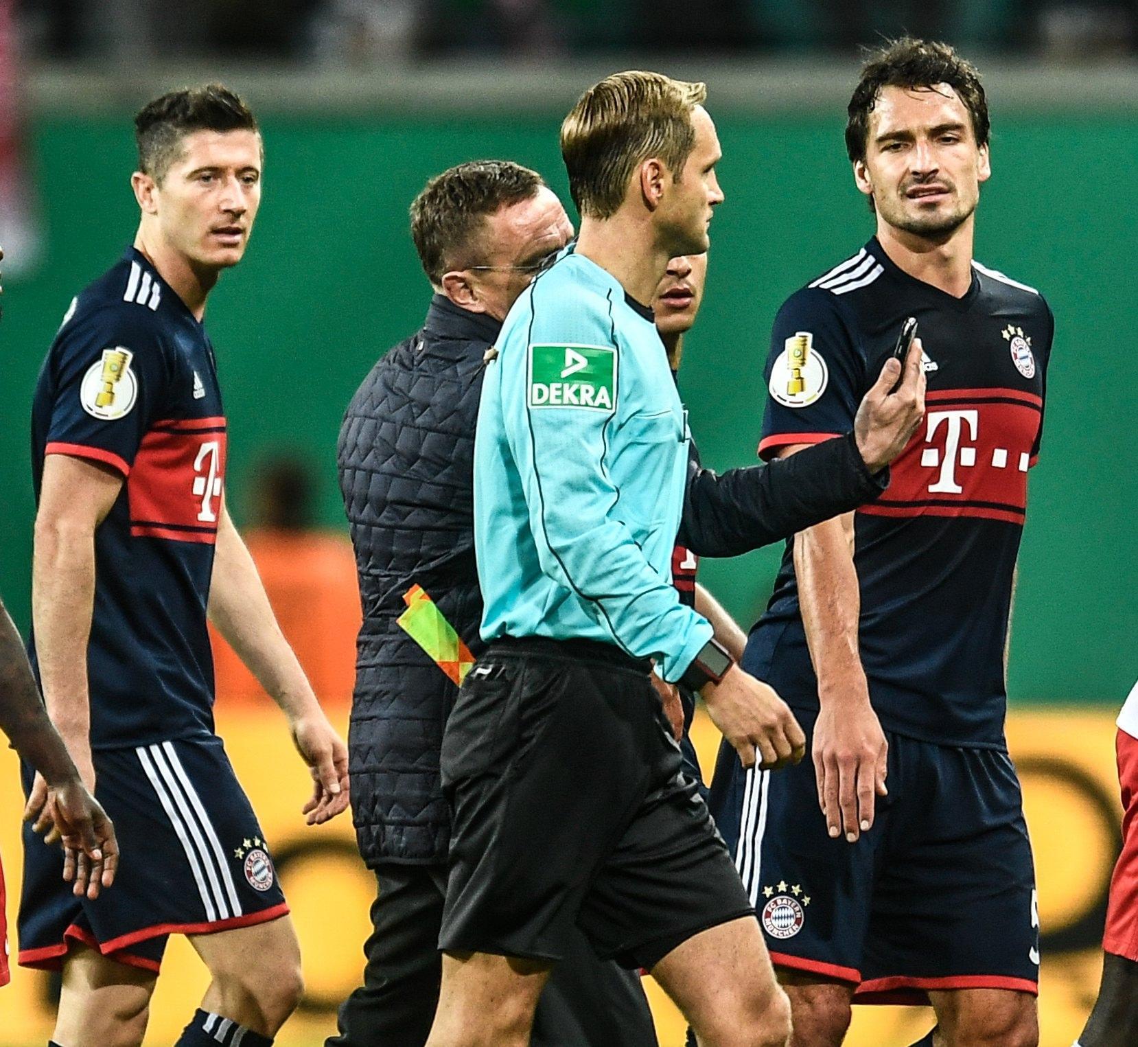 Bayern-Lipsia, scende in campo... il cellulare!