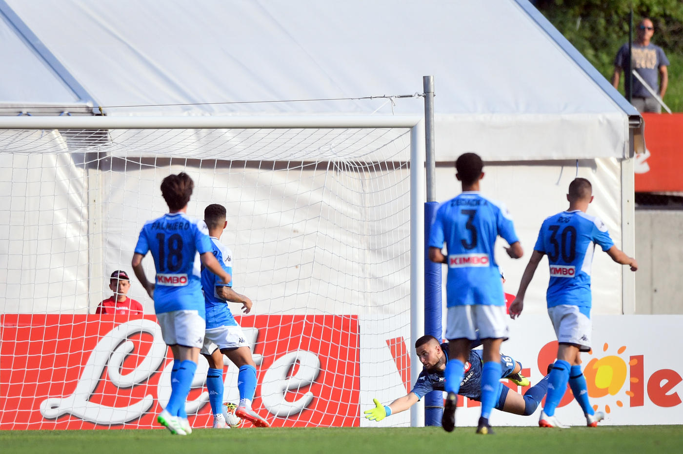 Comincia con una sconfitta la stagione delle amichevoli del Napoli: gli azzurri sono stati battuti per 2-1 dal Benevento.