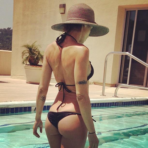 Elisabetta Canalis, tuffo in piscina
