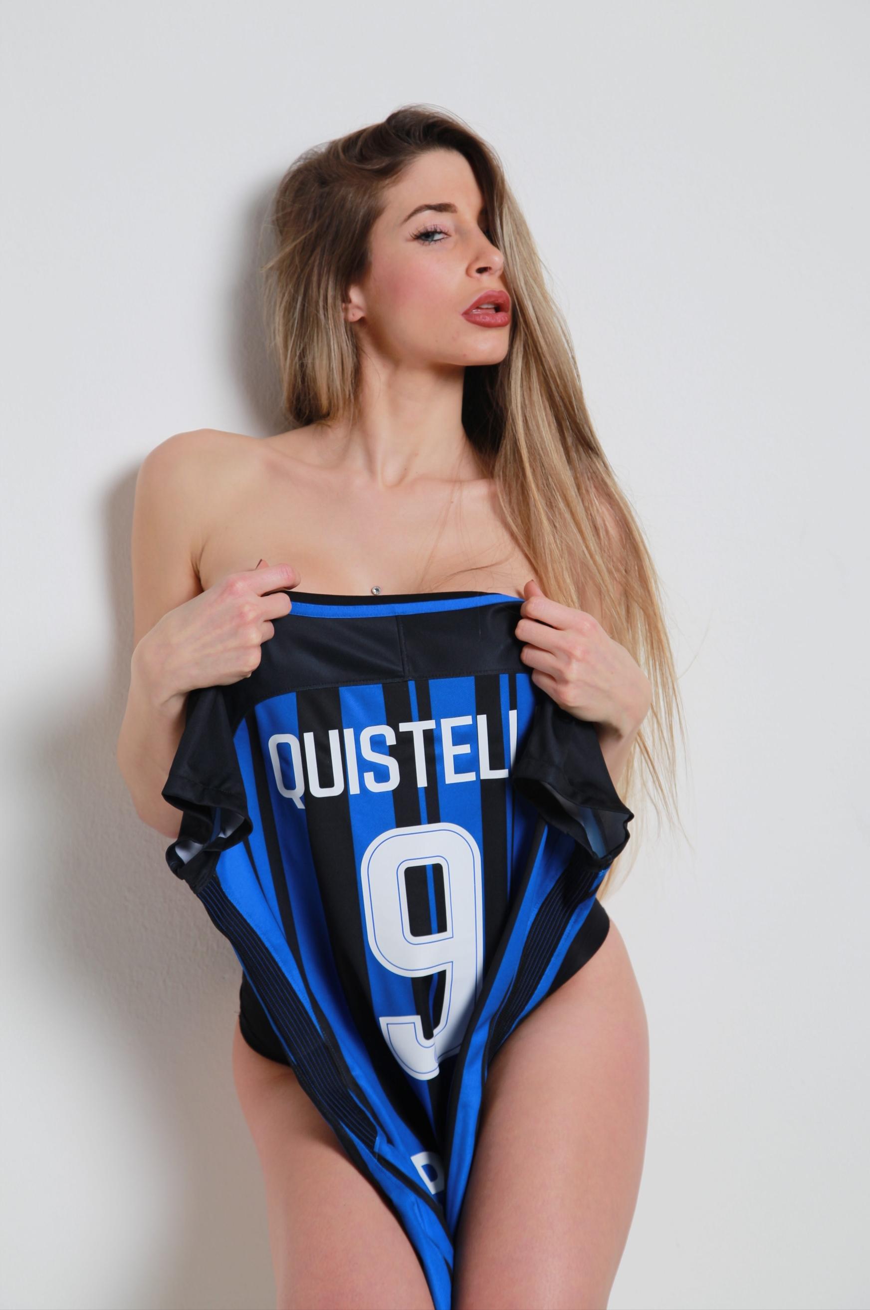 Manuela Quistelli posa con la maglia dell'Inter numero 9.La modella milanese è una grande tifosa nerazzurra e sui social fa impazzire i suoi follower con foto molto provocanti. Ora Icardi e compagni avranno un motivo in più per uscire dalla crisi.